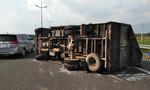 Xe tải lật nhào trên đường cao tốc Trung Lương, tài xế thoát chết