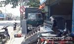 Né xe máy, xe tải lao lên vỉa hè tông hàng loạt quán ăn