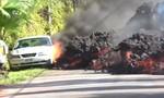 Dung nham núi lửa nung chảy ô tô trên đường ở Hawaii