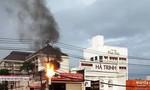 Cột điện bốc cháy dữ dội trong lúc trời mưa