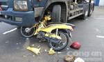 Xe máy chèn vào bánh xe đầu kéo, một người bị thương nặng