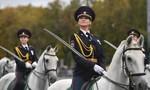 Nữ cảnh sát xinh đẹp cưỡi ngựa Nga gây sốt