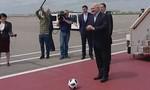 Tổng thống Belarus vui vẻ chơi bóng với sói Zabivaka