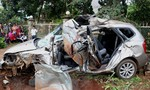 Xe tải tông xe 7 chỗ nát bét, 5 người thương vong