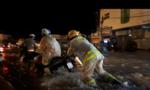 CSGT giúp dân vượt qua vùng nước ngập