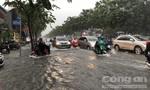 Mưa lớn, cửa ngõ sân bay Tân Sơn Nhất lênh láng nước