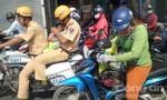 CSGT TP.HCM dùng mô tô đặc chủng chở cháu bé đi cấp cứu