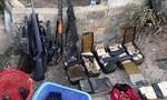 """Đột kích """"thủ phủ ma túy"""": Thi thể 3 đối tượng cầm 3 khẩu súng trên tay"""