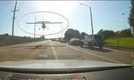 Nữ phi công hạ cánh khẩn cấp trên đường nhiều ô tô ở Mỹ