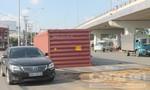 Thùng container văng khỏi xe sau cú ôm cua gắt