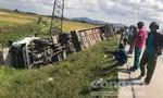 Xe chở đoàn tham quan lật xuống ruộng, 10 người bị thương