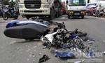 Xe máy nát đầu sau tai nạn liên hoàn