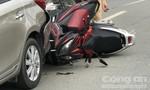 Hai xe máy nát đầu, dính chùm vào đuôi ô tô