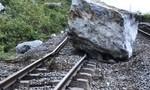 Đá khổng lồ rơi xuống khiến đường sắt Bắc – Nam biến dạng