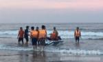 Cảnh sát PCCC cứu 3 người bị sóng biển cuốn xa bờ