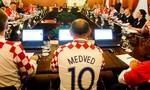 Các chính trị gia Croatia mặc đồng phục của đội bóng để họp