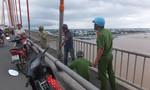 Người đàn ông bỏ lại xe máy nhảy cầu Rạch Miễu tự tử