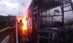 Xe khách chở 40 người bốc lửa từ vô lăng, thiêu rụi xe
