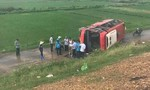 Xe khách lao từ cao tốc xuống vệ đường, 4 người bị thương
