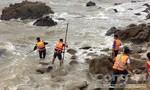 Liều mình tắm biển 'chui' dịp bão, 1 người chết, 1 mất tích