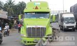 Xe container ủi bay dải phân cách, hai bánh trước gãy lìa