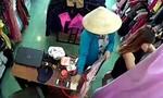 """""""Nữ quái"""" bịt mặt, đội nón lá vào cửa hàng trộm điện thoại"""