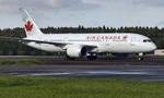 Máy bay chở 210 người hạ cánh sai, sân bay Nhật đóng cửa