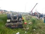 Hai xe tải tông nhau, lật úp xuống ruộng