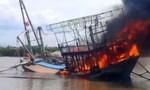 Tàu cháy khi đang đánh cá ngoài khơi, 11 ngư dân nhảy xuống biển