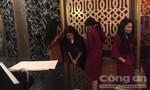 """Nhân viên nhà hàng """"vui vẻ"""" ở Sài Gòn kéo cửa khi bị kiểm tra"""