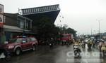 Bảng quảng cáo đổ đè nhà dân ở Sài Gòn, hai người thương vong