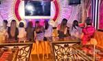 """Nữ tiếp viên """"mát mẻ"""" ngồi cùng khách trong quán karaoke không phép"""