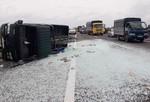 Hàng chục tấm kính vỡ tràn trên cao tốc, kẹt xe nghiêm trọng