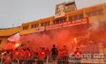CĐV đội mưa đốt pháo sáng cổ vũ Olympic Việt Nam