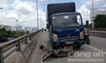 Xe tải lôi xe máy trên cầu vượt, một phụ nữ tử vong
