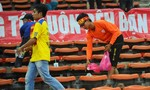 CĐV Việt Nam nhặt rác trên khán đài sau trận thua UAE