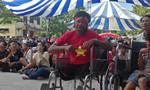 Bệnh nhân cầm bình truyền dịch, ngồi xe lăn cổ vũ Olympic Việt Nam