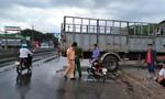 Xe tải lùi từ nhà ra đường khiến cụ ông tử vong