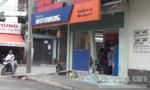 Ô tô tông vỡ cửa kính ngân hàng ở Sài Gòn rồi bỏ chạy