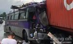 Xe khách nát đầu sau cú tông vào xe container
