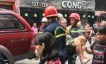 Cứu hai người lớn tuổi trong ngôi nhà 4 tầng bốc cháy ở phố Tây
