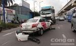 Taxi Vinasun bị container tông xoay vòng, hành khách kêu cứu