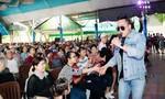 Châu Khải Phong hoảng hồn khi fan nữ lao lên sân khấu đòi 'xé áo'