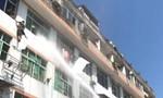 Lính cứu hỏa xịt vòi rồng 'áp chế' cô gái nhảy lầu tự tử
