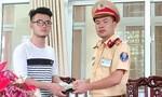 Trung úy CSGT trả ví tiền cho người đánh rơi khi cổ vũ Olympic Việt Nam