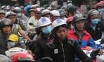 Người dân trở về TP.HCM trong dòng xe ùn tắc