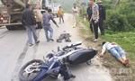 Hai thanh niên đi xe máy nguy kịch vì tông đuôi ô tô đang lên dốc