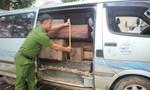 Phát hiện xe 16 chỗ chở đầy gỗ lậu