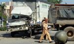 Xe tải nát đầu sau cú tông xe ben, tài xế nguy kịch