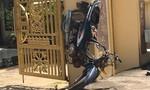 """Sau tai nạn, xe máy """"tự chạy rồi dựng đứng trước cổng chùa"""""""